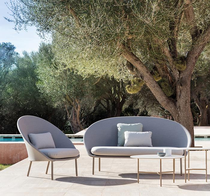 Col·lecció de mobiliari per a exterior se línies sinuoses.