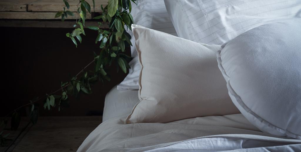 Conjunt de coixins en tons blans, de diferents formats.